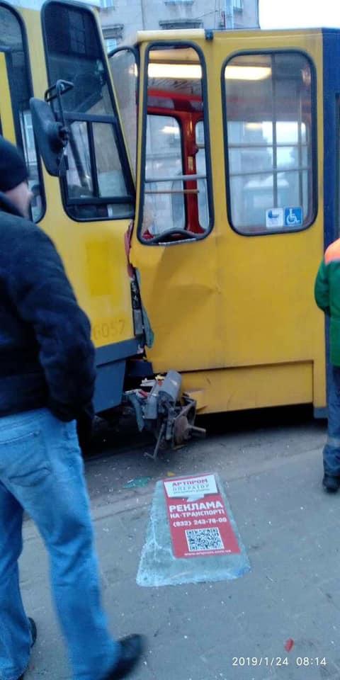 У центрі Львова зіткнулись трамваї. Фото Варта-1