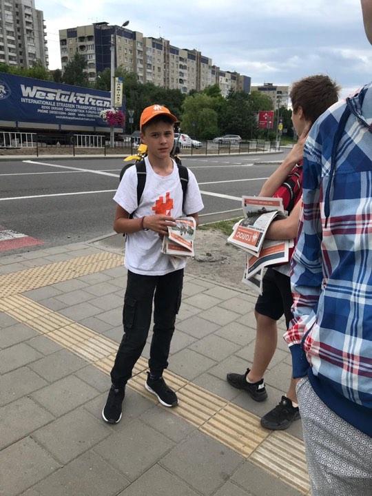 Діти роздають газети партії Голос. Фото Роман Онишкевич