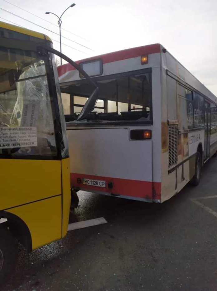 Як у Львові не розминулись дві маршрутки. Фото Варта-1