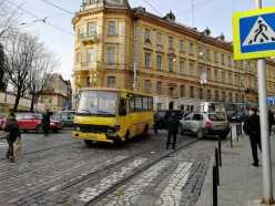 У центрі Львова маршрутка не розминулась із іномаркою, фото Варта-1