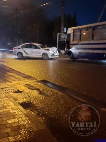 У Львові автомобіль поліції не розминувся із маршруткою