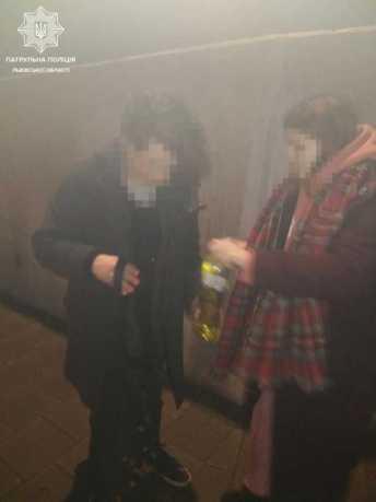 Двох мешканців столиці львівські патрульні застали під час нанесення графіті на підпірну стіну Меморіалу Небесної сотні