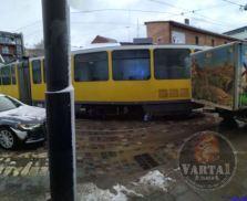 У Львові трамвай зійшов з рейок, фото Варта-1
