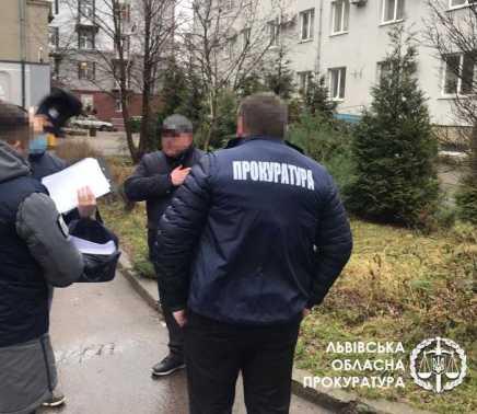 У Львові на «хабарі» затримано одного з керівників обласного управління податкової служби