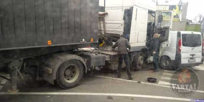 """На трасі """"Київ - Чоп"""" не розминулись вантажівки, фото Варта-1"""