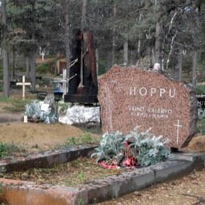 Väinö Hopun haudan takana on Tuhkapyrkyreiden mistomerkki.