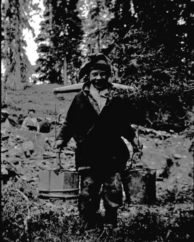 Purnumukan saamelaiset kaivavat kultaa Tankavaarassa 1934 tai 1935. Kuva Max Peronius.