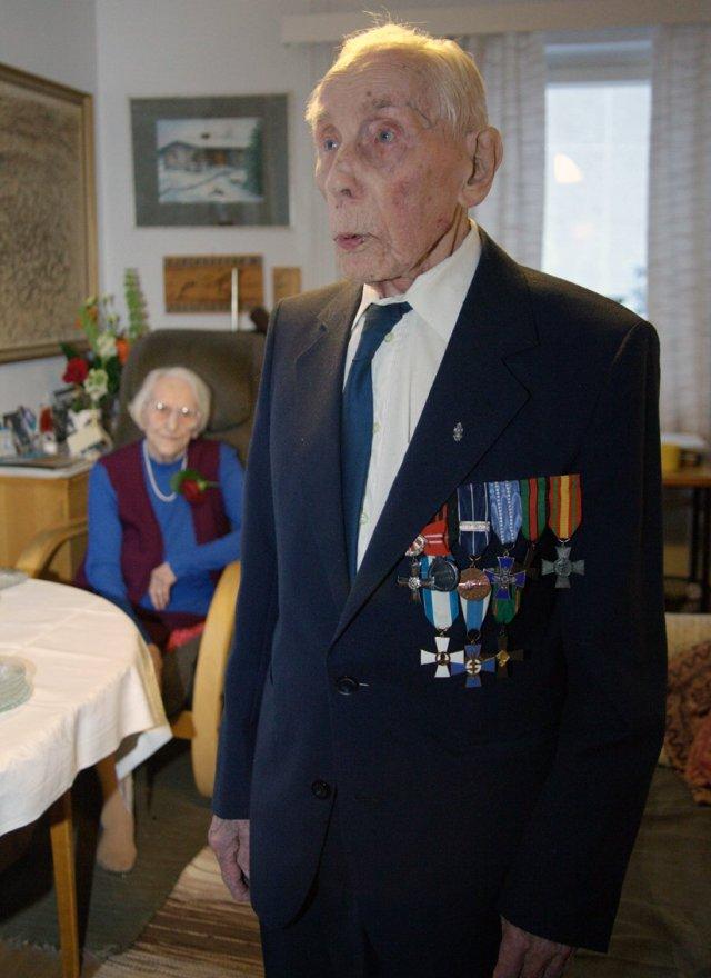 Tiera otti vastaan onnitteluja 102 vuotispäivänään kotonaan Rovaniemellä. Taustalla elämänkuppani Eva, joka on syntynyt samana päivä 6 vuotta aikaisemmin.