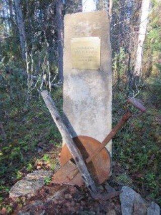 Lappiin kultayhtiö Ivalojoen töihin 1910-luvun lopulla töihin tullut Max Peronius eli kullankaivajana, Laanilan Majatalon isäntänä, Saksan armeijan oppaana ja apuna. Hänen elämänsä päättyi tähän kohtaan Tankavaaran kultatyömaalla elokuun lopussa 1946 miinan räjähdykseen.