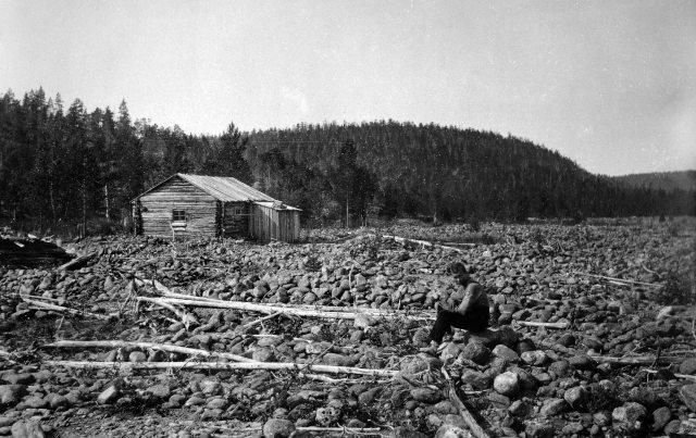 Geologi Erkki Mikkolan kuva Sotajoen suupankin kämpästä Ivalojoen eteläpuolella on 1930-luvun alkupuolelta. Pataniemen kukkula näkyy taustalla hieman eri kulmasta kuin Gebhardin kuvassa.