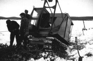Kullervo Korhosen kaivinkoneyritys päättyi kahden kesän jälkeen syksyllä 1952. Konetta ryhdyttiin siirtämään erämaasta maailykille, mutta se upposi suohon, josta sitä kuvassa vedetään ylös.