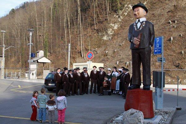 Die Schacherseppli-Statue am Bahnhof Giswil