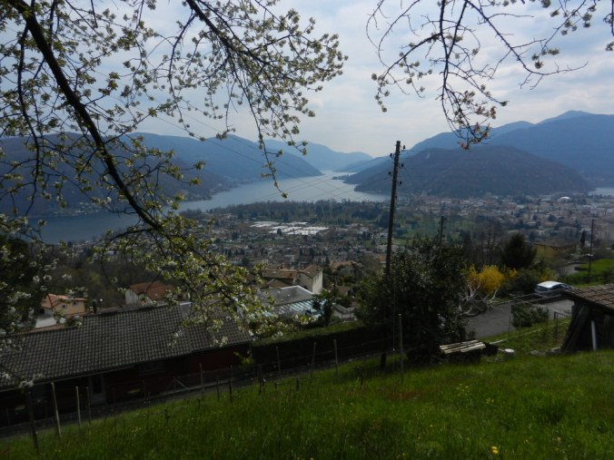 Blick von Vernate auf die Ebene von Magliaso und Caslano sowie den Lago di Lugano Richtung Porto Ceresio. Ganz rechts die Bucht von Ponte Tresa.