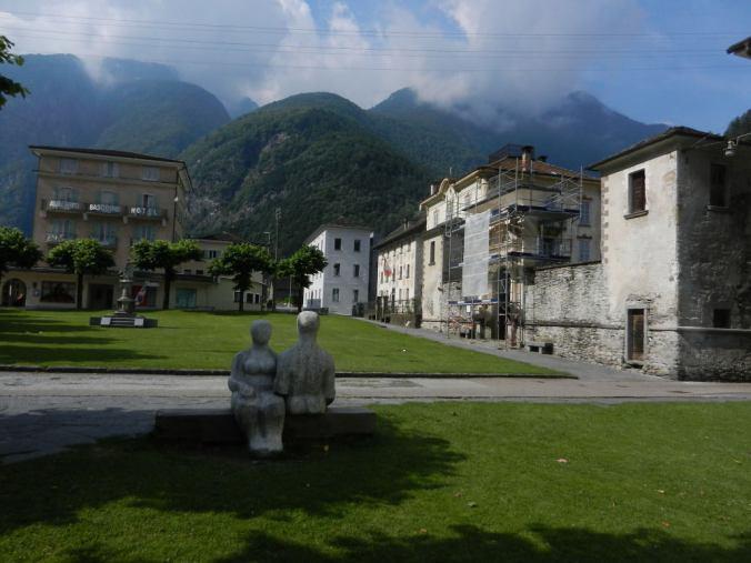 Der Dorfplatz von Cevio — ein schöner öffentlicher Raum