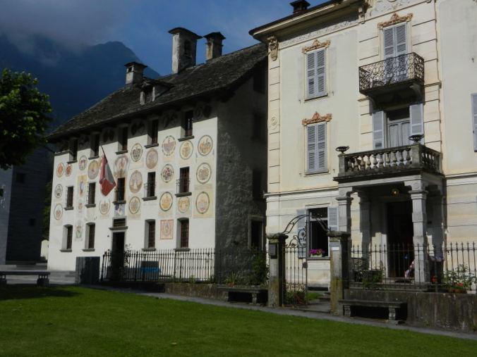 Palazzo del Pretorio (Casa dei Landfogti): Das alte Gemeindehaus von Cevio war früher Sitz der eidgenössischen Landvögte — jeder hat sich mit Datum und Wappen auf der Fassade verewigt.