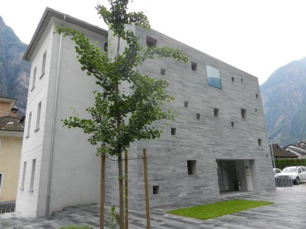 Der 2014 fertiggestellte Anbau am Palazzo Comunale dient als Erweiterung des Gemeindehauses — nach der Zwangsfusion von zwei Nachbargemeinden mit Cevio brauchte die  Verwaltung mehr Platz.