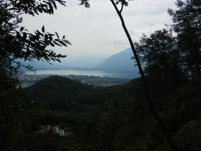 (1) Nicht zu empfehlen: der direkte Aufstieg. Blick über Arcegno, den Monte Verità nach Locarno und Ascona