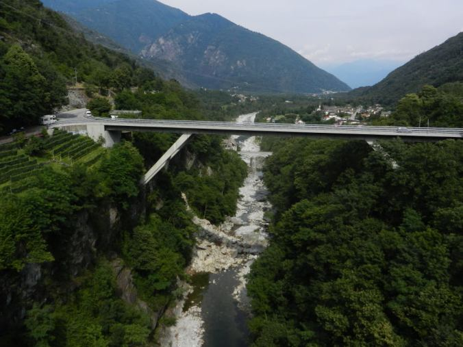 Bei Intragna (9) überqueren sowohl die Bahn als auch die Strasse den Ausgang des Onsernone mit eindrücklichen Brücken.