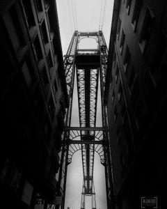 Heute bin ich auf Instagram auf dieses schöne Schwarzweissbild gestossen: Der Puente Colgante von unten