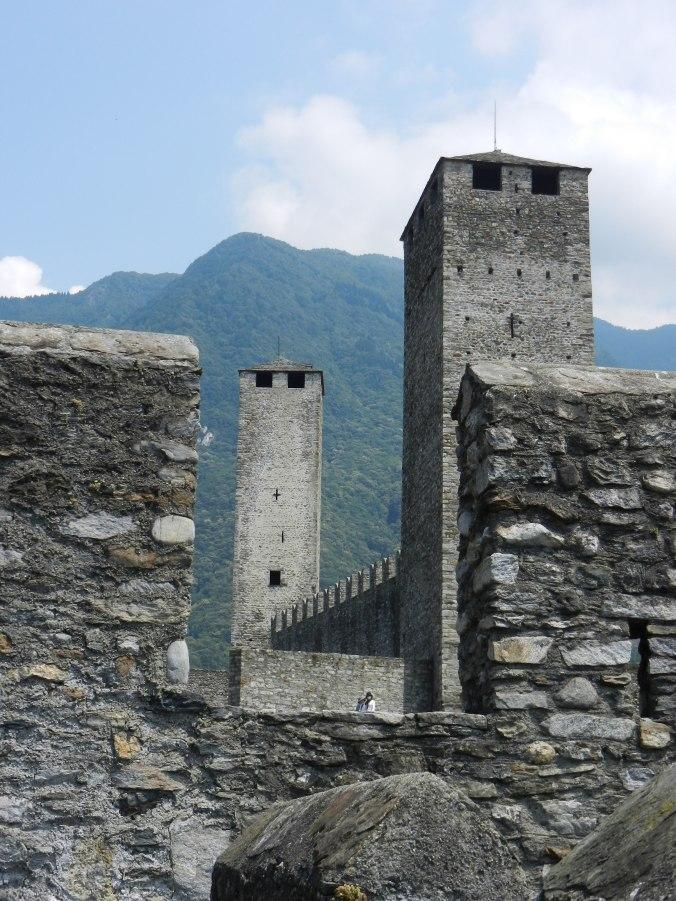 Der Blick zurück von der Murata auf die beiden Türme des Castelgrande, auf den schwarzen und den weissen Turm.
