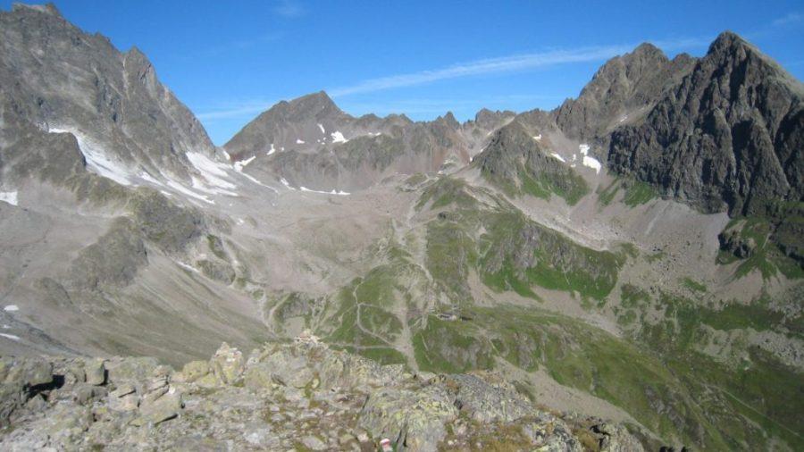 Blick vom Schneidjöchli zum Kuchenjöchli (klein in der Bildmitte: die Darmstädter Hütte)