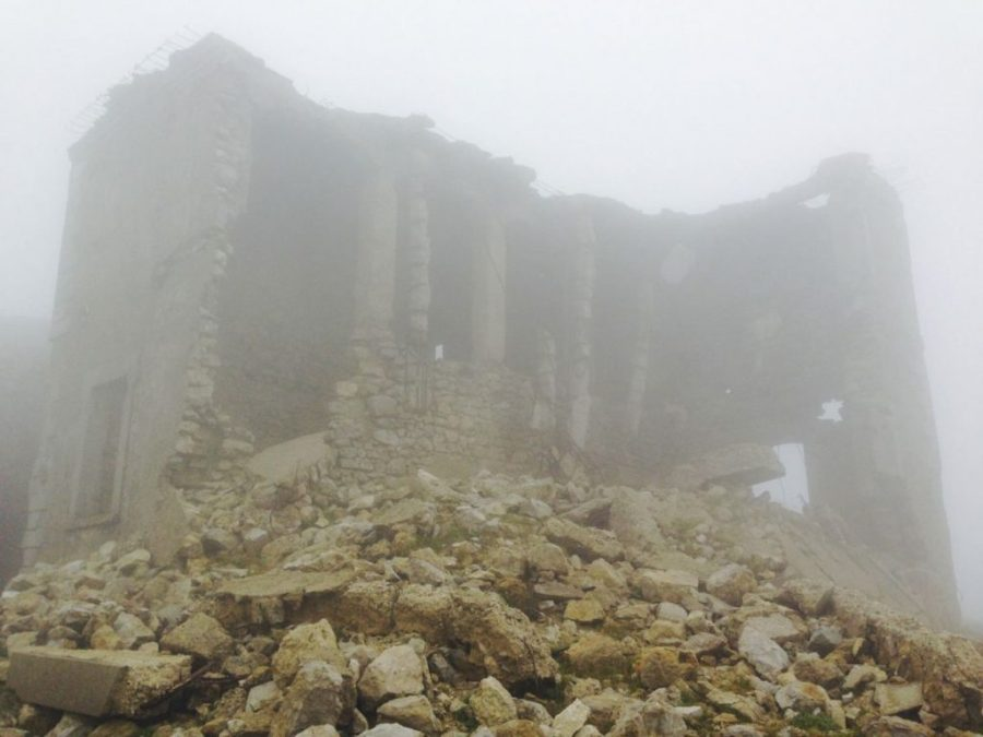 """Ehemalige Militärunterkunft am Cògolo Alto: Wie Lamettastreifen schwenken dicke Stahlbeton-""""Fäden"""" im Wind"""