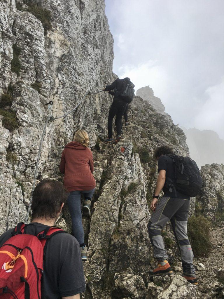Auf dem Rückweg: Kurze Seilversicherung unterhalb des Gipfels