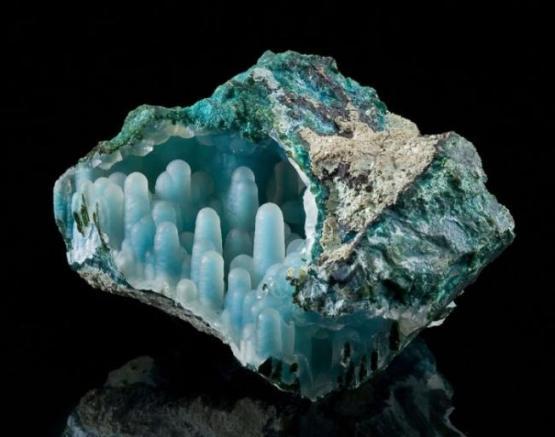Название камня имеет греческое происхождение: «хриза» означает «золото», а «колла» — клей.