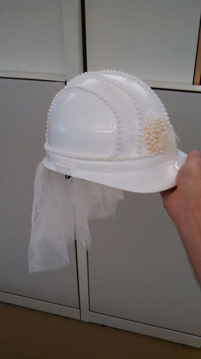 В рабочее время можно заниматься очень полезными делами – например, собственноручно декорировать каску для важного события в жизни прекрасной коллеги.