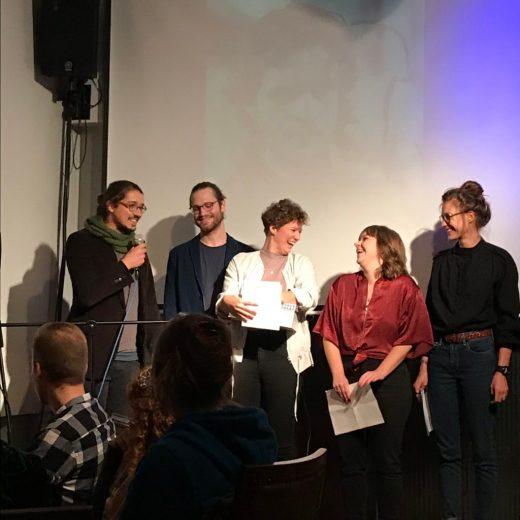Fünf stolze Kulturprolet_innen bei der Releaseparty