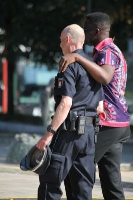 moderator mit polizei
