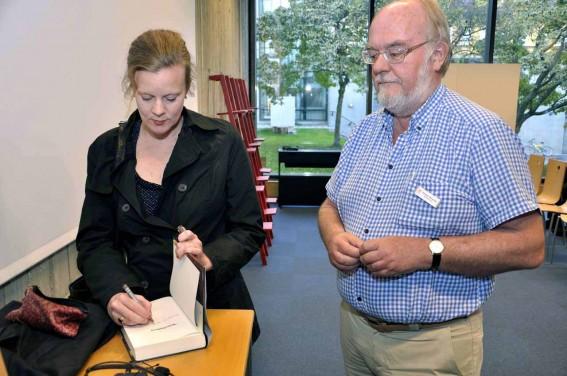 Gertrud signerar Thomas bok