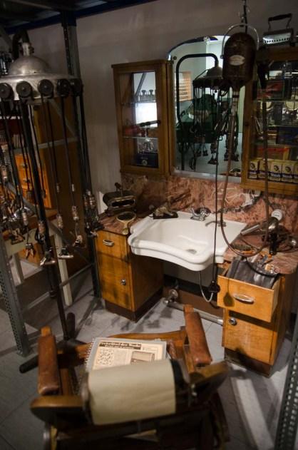 electrum - das Museum der Elektrizität: Dort werden Designstücke und skurrile Alltagsgegenstände präsentiert: Ein alter Friseursalon.