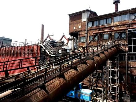 Völklinger Hütte: ehemaliges Eisenwerk, seit 1994 erstes Industriedenkmal. Jährlich besuchen 310 000 Interessierte das riesige Werk.