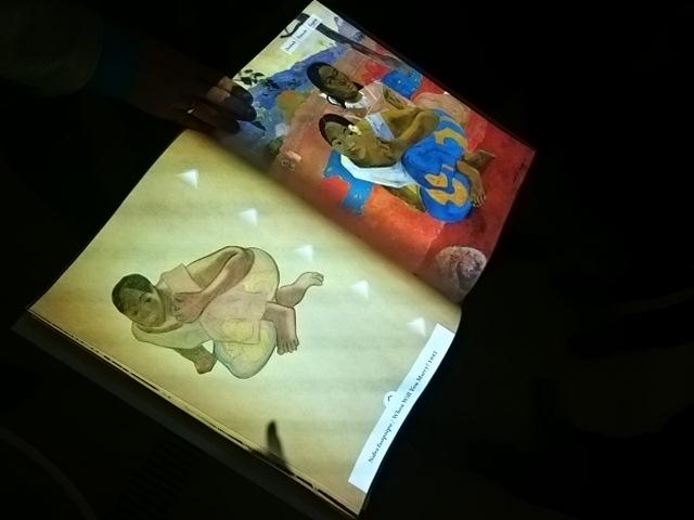 Das interaktive Buch in der Sonderausstellung Paul Gauguin in der Fondation Beyeler