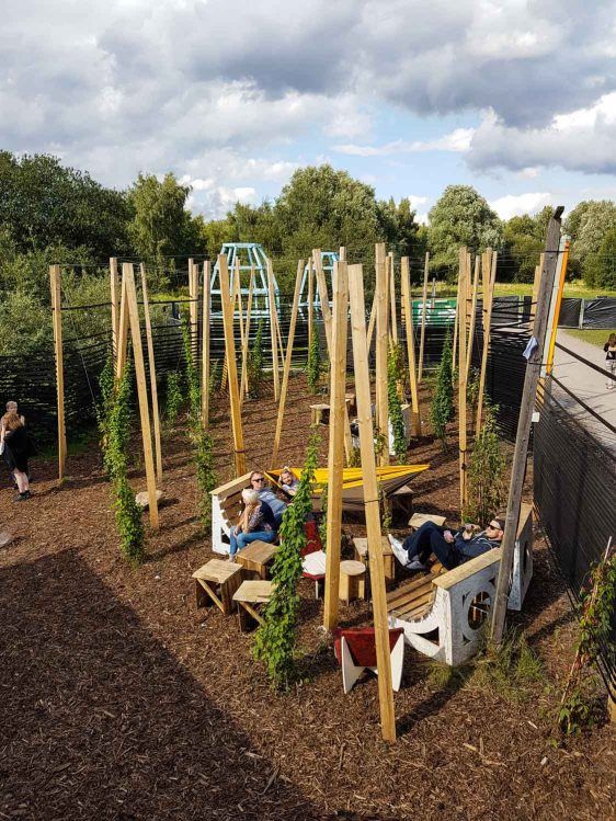 Himmel und Erde – Das Initial Zwei Gärten für das YWCC. HIMMEL zieht mit seinen Vertikalen den Blick nach oben: Stämme, Rankpflanzen und Pflanzinseln verdichten eine künstliche Lichtung. ERDE spielt mit dem Terrain, schichtet Plattformen über den Boden: Neigungen und Plateaus unter Bäumen. Die Gärten sind Initialen, die in den kommenden Jahren weitergeschrieben, weitergebaut, bepflanzt und entwickelt werden: Ein Prozess, denn Gärten sind niemals fertig. Wie dicht, wie transparent, wie benutzt diese Gärten werden, darüber entscheiden die Menschen, die Hummeln und das Wetter.