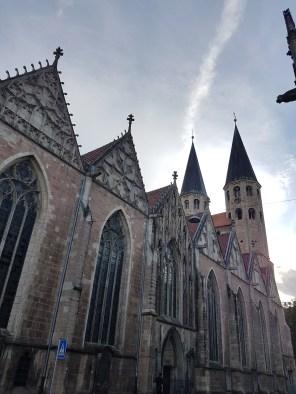 """Die St. Martini Kirche war die Hauptkirche der Altstadt. """"Der Baubeginn erfolgte ungefähr 1190/1195. Als Initiator giltHeinrich der Löwe. Sie ist die einzige mittelalterliche doppeltürmige Kirche in Braunschweig mit vollendetemWestbau"""", heißt es bei Wikipedia."""