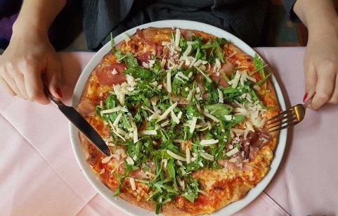 Pizza Italia mit Parmaschinken und Rucola