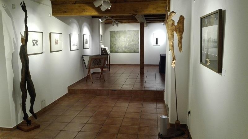 """""""Wiese"""" und """"Rotation"""" von Franz Erhard im Hintergrund in der KunstGalerieHans"""