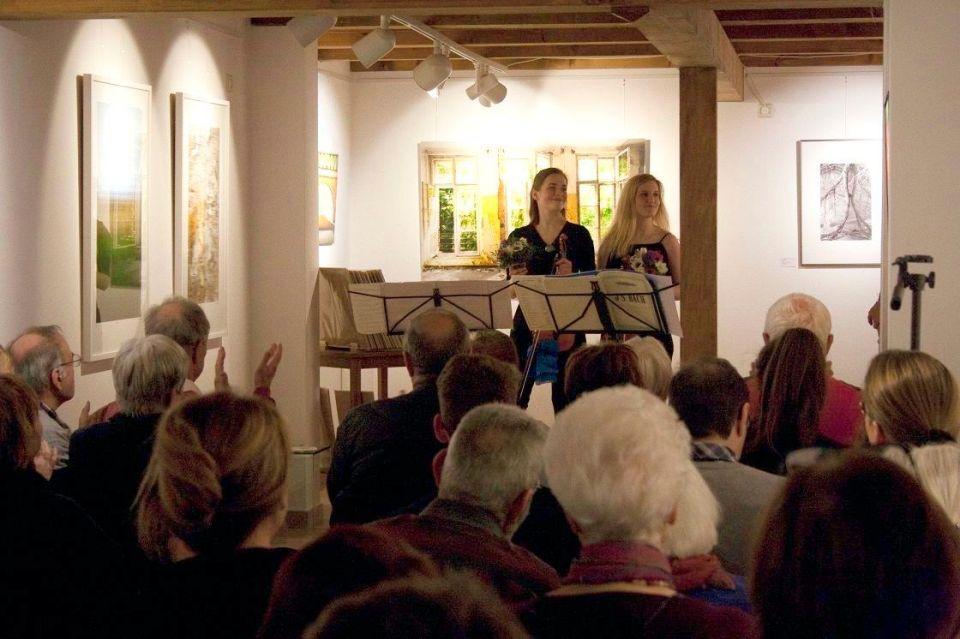 Charlotte Thiele (Geige) und Luz Elisabeth Sánchez Suero (Bratsche) beim ersten Klassikkonzert in der KunstGalerieHans