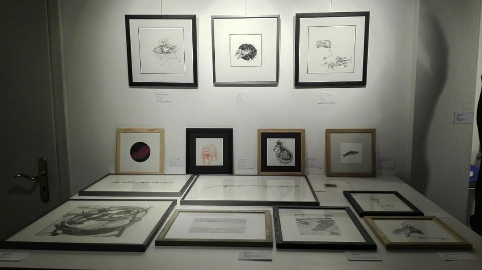 Zeiichnungen von Lina Mari über unserem Grafikschrank, KunstGalerieHans