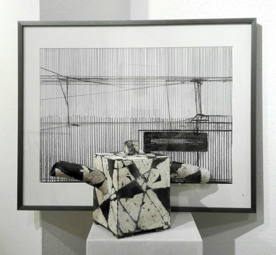 """Elena Gluth - Zeichnung """"horizon 02"""" und Mimi Wilden - Kanne (KunstGalerieHans)"""