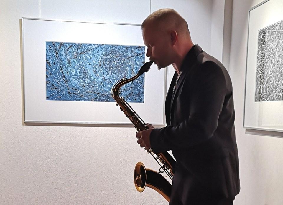 Auftritt Roger Tietke bei Vernissage Jörg Mai in der KunstGalerieHans