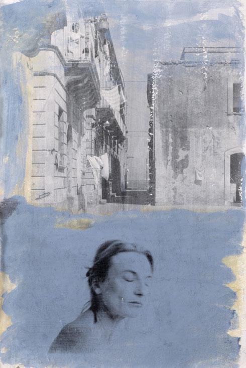 Kvinden på balkonen, 1999. Fotoemulsion og acryl, 100 x 70 cm.