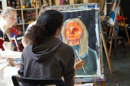 Porträt mit flächigem Farbauftrag und geometrischer Formgebung