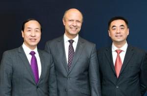 Freuen sich über den Vertrag zum Eigentümerwechsel der KraussMaffei Gruppe: Ting Cai, Chairman und CEO der China National Chemical Equipment Co. Ltd. (CNCE), Dr. Frank Stieler, CEO der KraussMaffei Gruppe, und Chen Junwei, CEO von ChemChina Finance Co. Ltd. | Foto: KrausMaffei