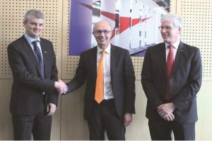Von links nach rechts: Xavier Lucas (President Yaskawa France), Jean-Michel Renaudeau (Directeur Général Sepro Group) und Manfred Stern (President & CEO Yaskawa Europe). | Foto: Yaskawa