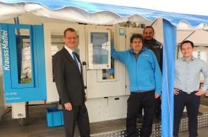 Jeroen Katinger (links im Bild) und sein Team von KraussMaffei Österreich präsentierten eine Spritzgießmaschine der Baureihe CX am Standort der Firma HTM Sport (Tyrolia) in Schwechat. | Foto: Kerstin Sochor