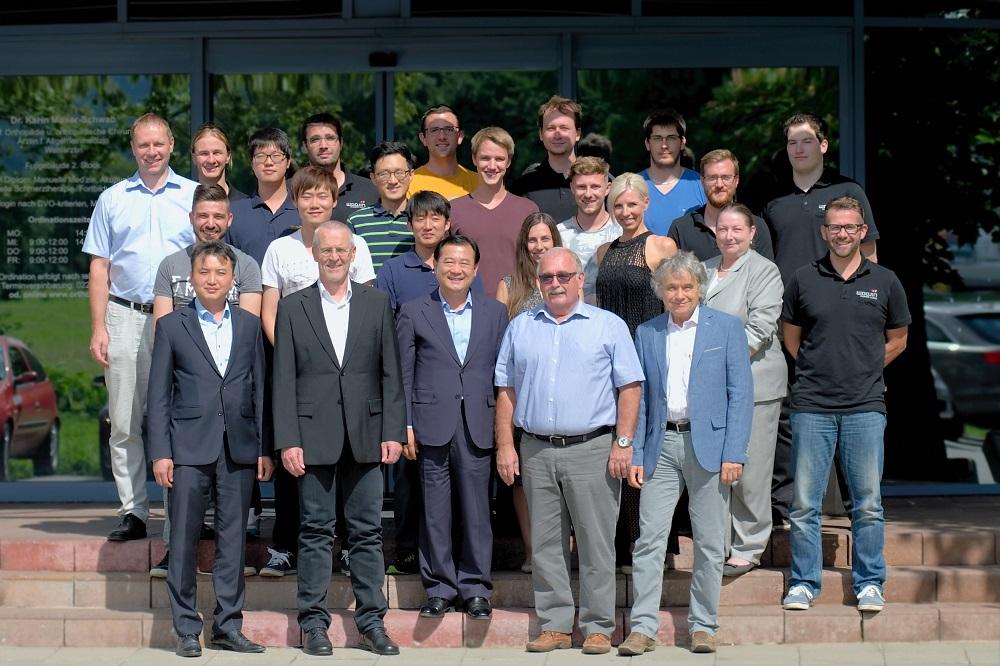 Woojin Plaimm-Team in Österreich mit Ick Whan Kim, President von Woojin Plaimm Co. Ltd., Dietmar Morwitzer, CEO Woojin Plaimm GmbH und das Team mit Entwicklung, Vertrieb und Service. | Foto: Woojin