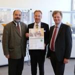 Die feierliche Übergabe des Zertifikats durch Gerald Vogt, Geschäftsführer Stäubli Robotics Bayreuth, an Herrn Dr. Georg Spiegelfeld, Kurator WIFI (links) und Herrn Harald Wolfslehner, Institutsleiter WIFI (rechts).